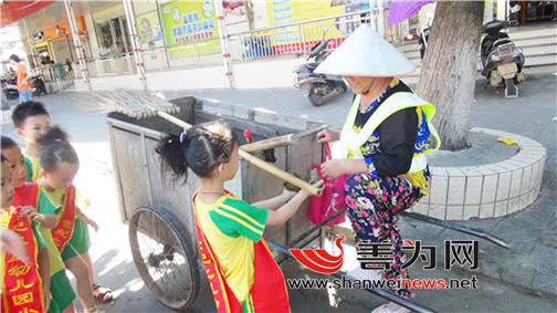 """某幼儿园组织开展""""感恩在行动 —— 慰问环卫工人""""活动"""