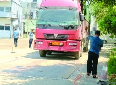 交通部门联动执法打击违规运载砂石土行为